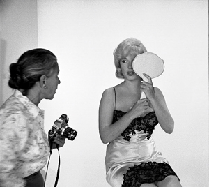 Photographer Eve Arnold with Marilyn Monroe